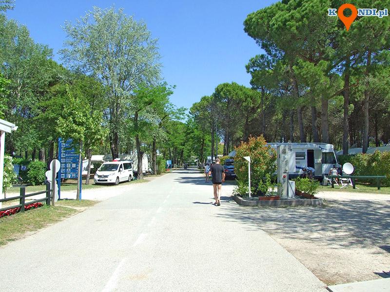 Włochy Bibione Pineda - Główna aleja Campingu Lido