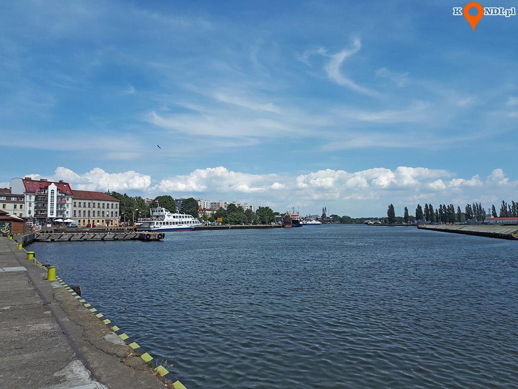 Polska Świnoujście - Spacerem kierujemy się w stronę portu wojennego znajdującego się na wyspie Uznam