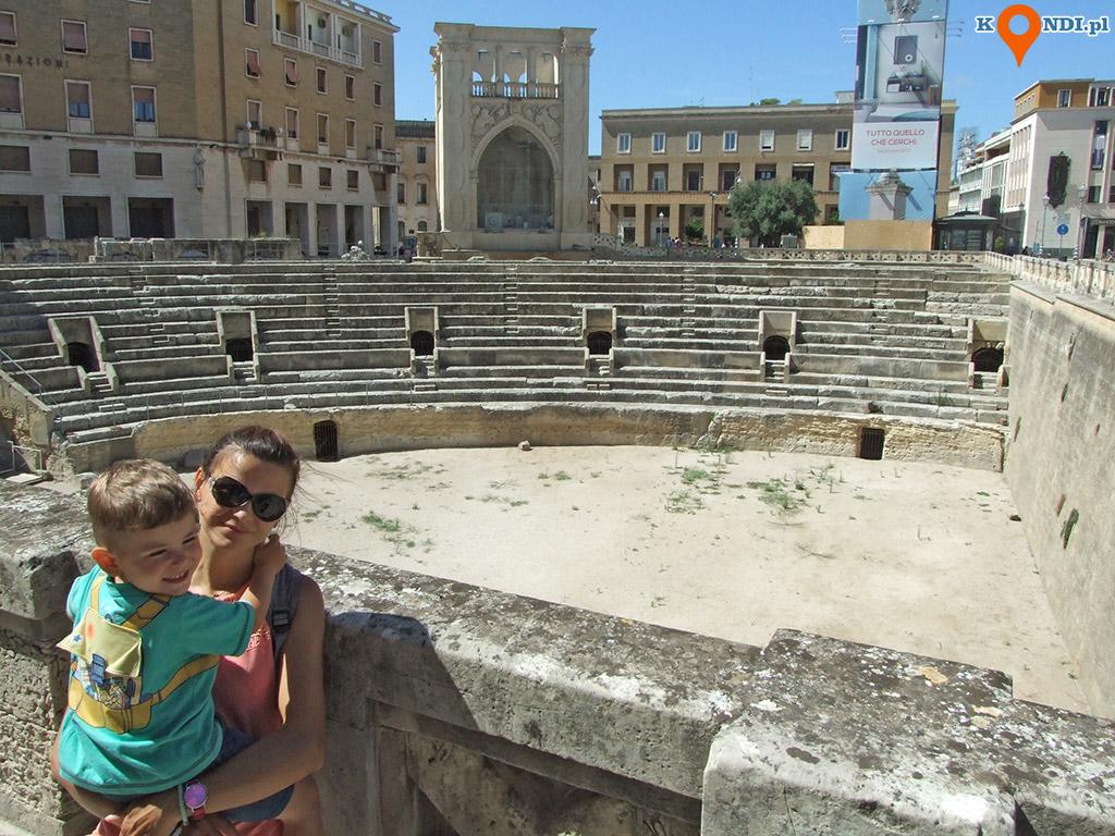 Włochy Lecce - Ruiny rzymskiego amfiteatru zlokalizowane są na głównym placu Piazza Sant Oronzo