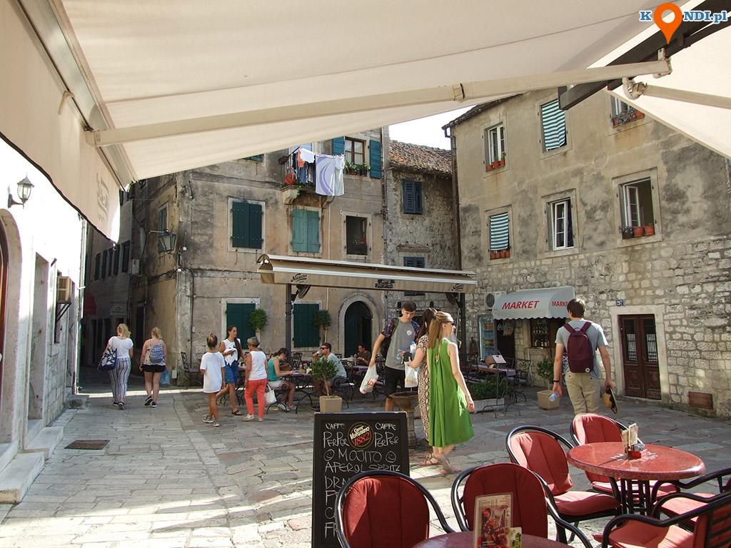 Czarnogóra Kotor - Różnobarwne place z licznymi pałacami okalają potężne mury obronne